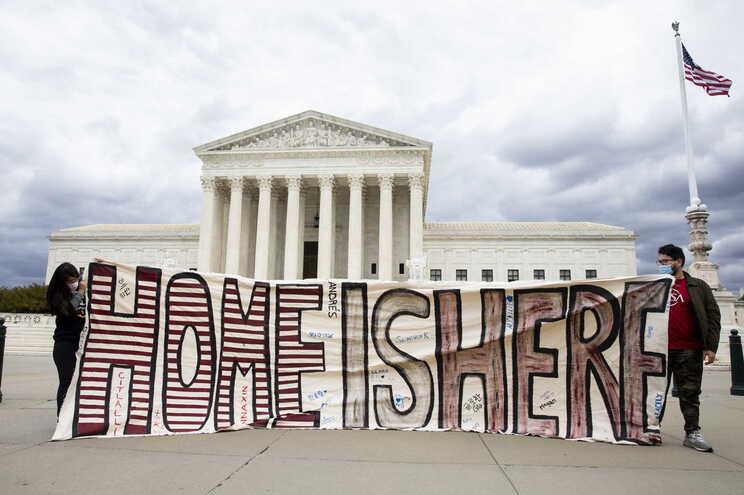 """""""Casa é aqui"""", em frente à Casa Branca, Washington"""