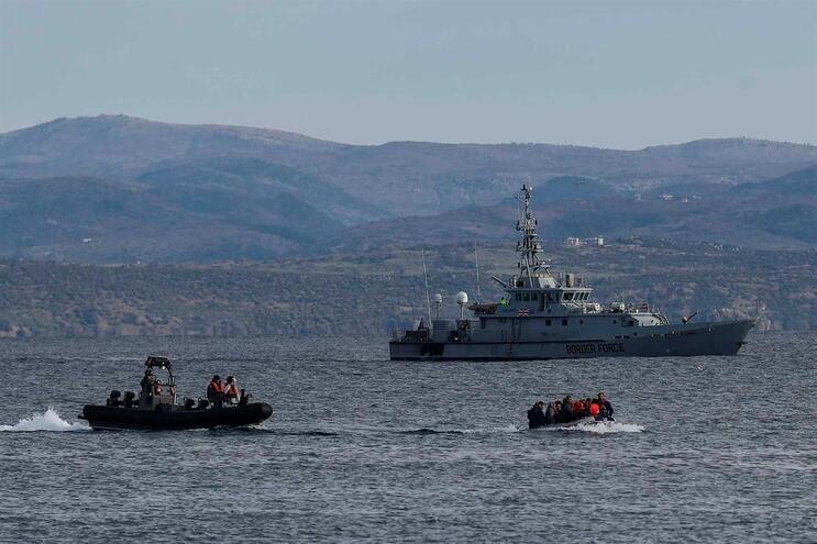 Guarda Costeira tem ordem para impedir migrantes de atravessarem o Mar Egeu