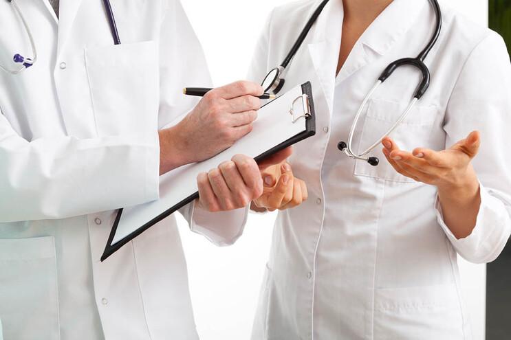 Basta que as habilitações dos médicos sejam reconhecidas pelo sistema português