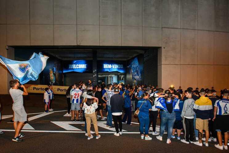 Porto, 10/ 07/ 2020 -  Um grupo numeroso de adeptos, esteve esta noite à porta do Estádio do Dragão,