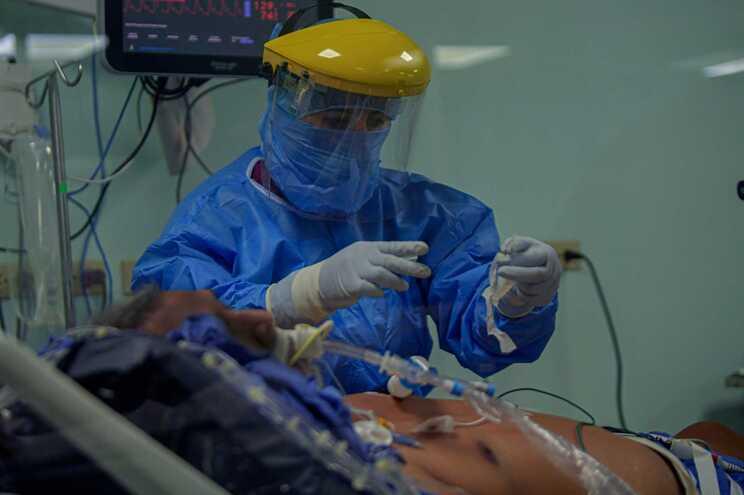 Mais de metade dos pacientes com covid-19tem sintomas neurológicos