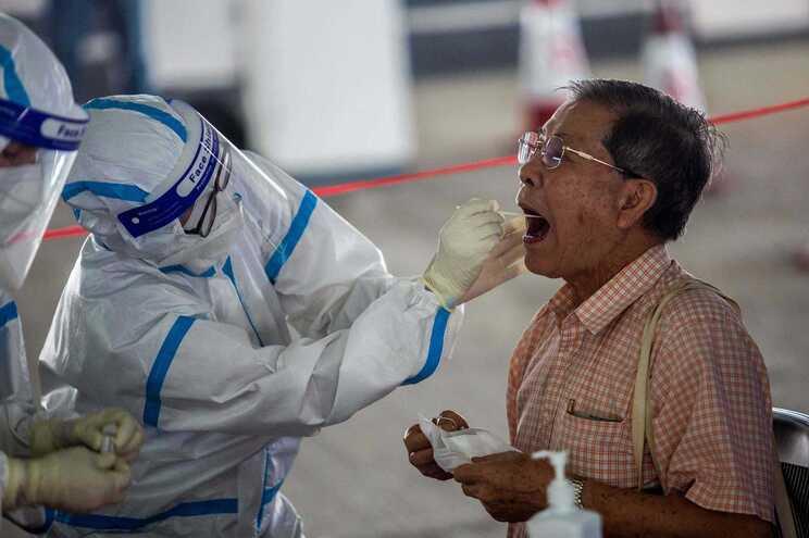 A cidade de Hong Kong está a enfrentar um surto de coronavírus que já infetou mais de mil pessoas nas
