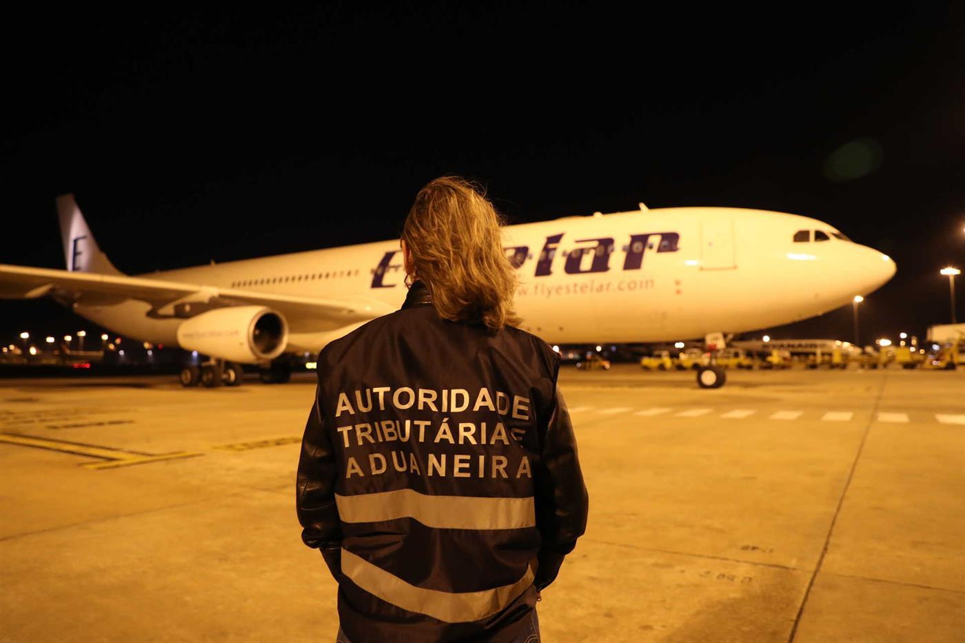 Avião descarregou esta sexta-feira material em Portugal