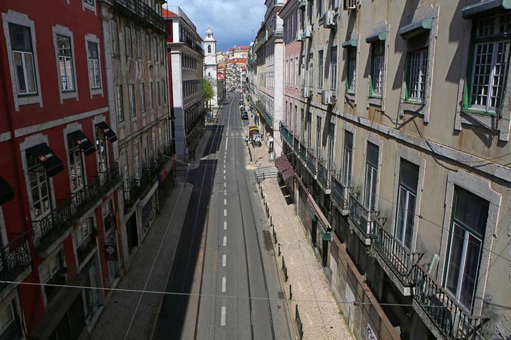 Rua de Lisboa deserta em maio devido à pandemia