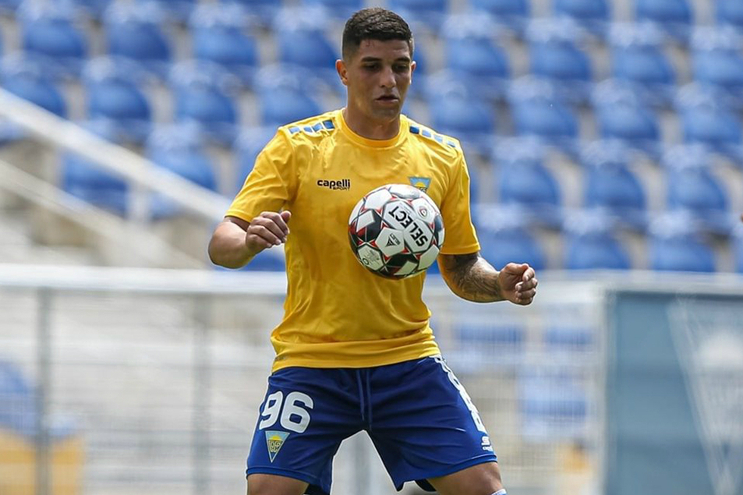 Jogador transportado para o hospital após choque com adversário no Varzim-Estoril