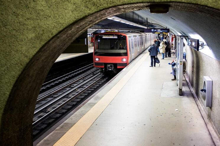 Homem sofre convulsão e cai na linha do metro em Lisboa