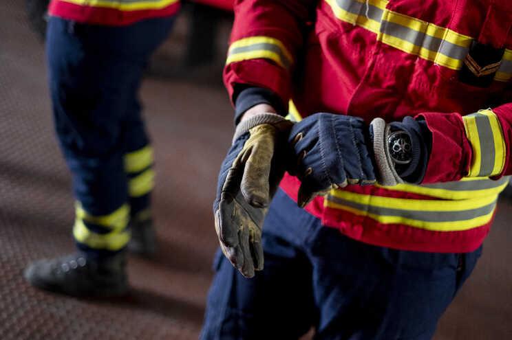 Um bombeiro ferido em incêndio em Oliveira de Azeméis