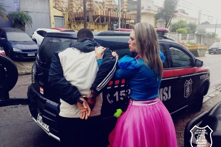 Polícia vestida de princesa detém assaltante em flagrante