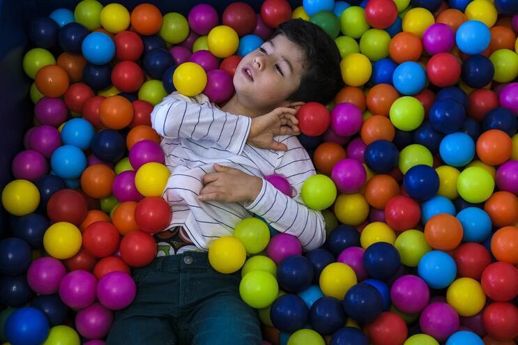 Santiago, cinco anos, possui um atraso do desenvolvimento motor e cognitivo que lhe provoca problemas