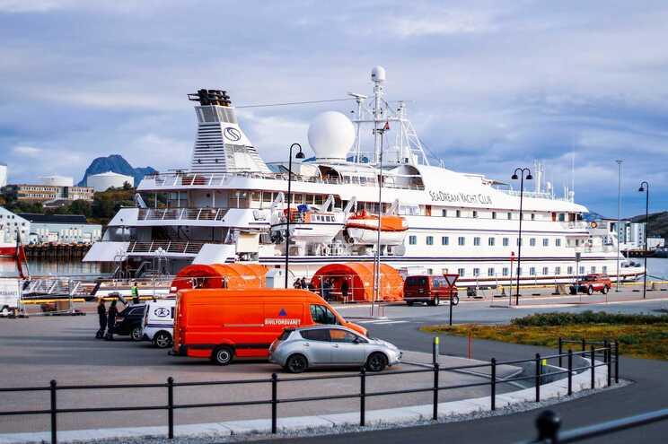 O SeaDream I, com cerca de 100 passageiros, atraca no Funchal este sábado