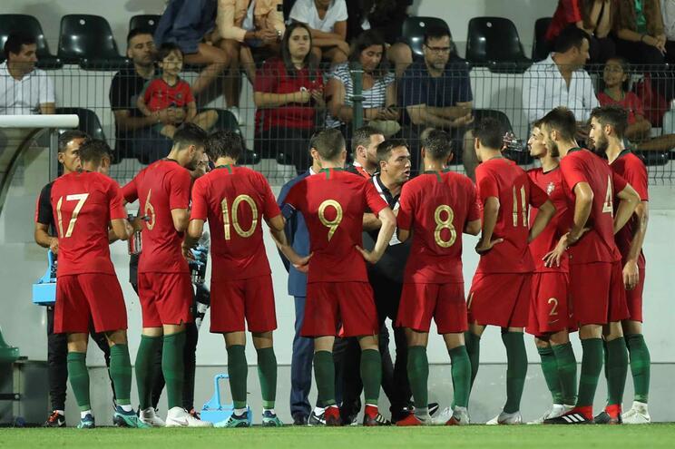 Portugal vence no País de Gales e continua na corrida ao Europeu