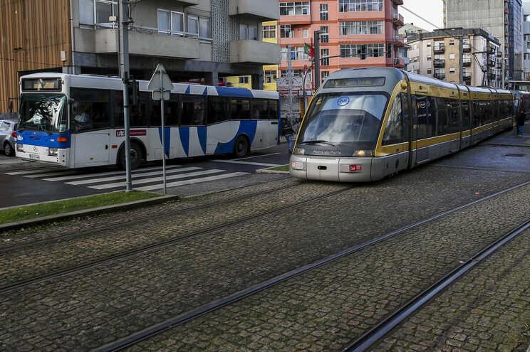 Transportes na Avenida da República, em Vila Nova de Gaia.