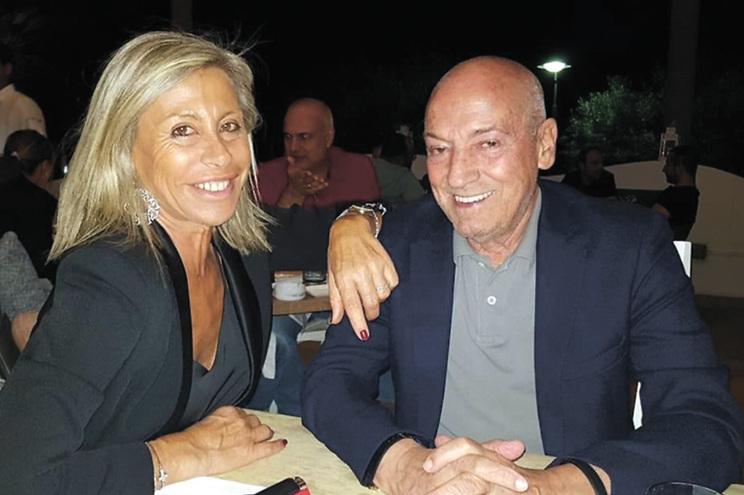 A ex-consultora volta a viajar para o estrangeiro para estar ao lado do marido que, aos 74 anos, não