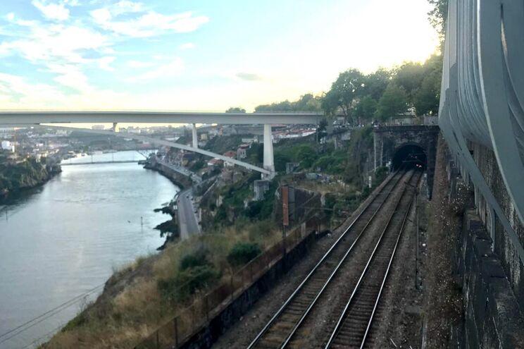 O comboio parou junto ao túnel de acesso à estação de S. Bento