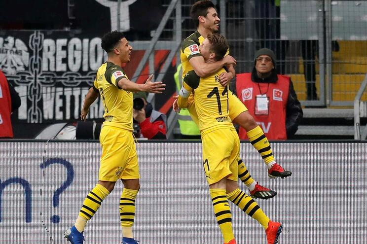 Raphael Guerreiro celebra o golo com Marco Reus