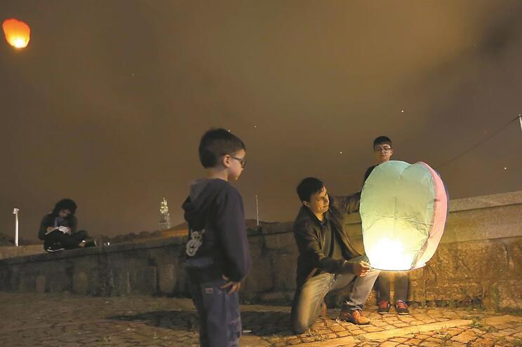 Lançamento de balões é uma das tradições dos festejos de São João, no Porto. Neste ano, não haverá proibição