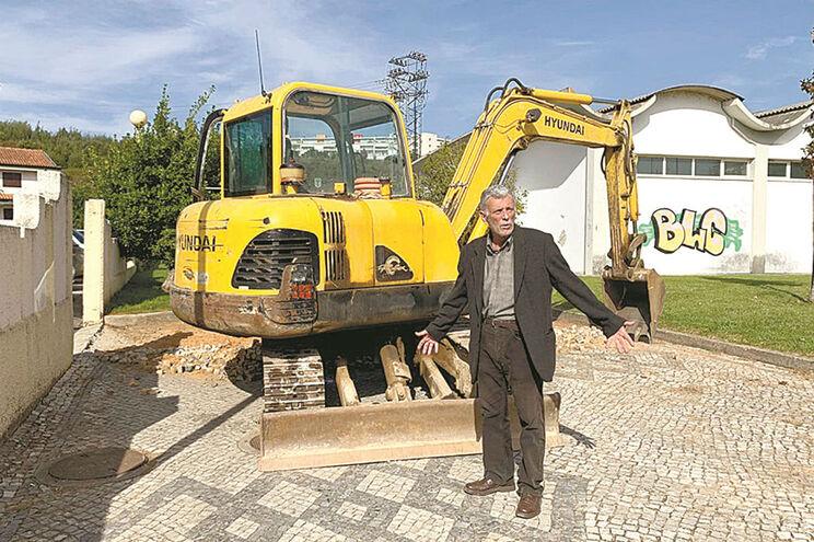 Homem não deixou máquina remover calçada portuguesa em Águeda