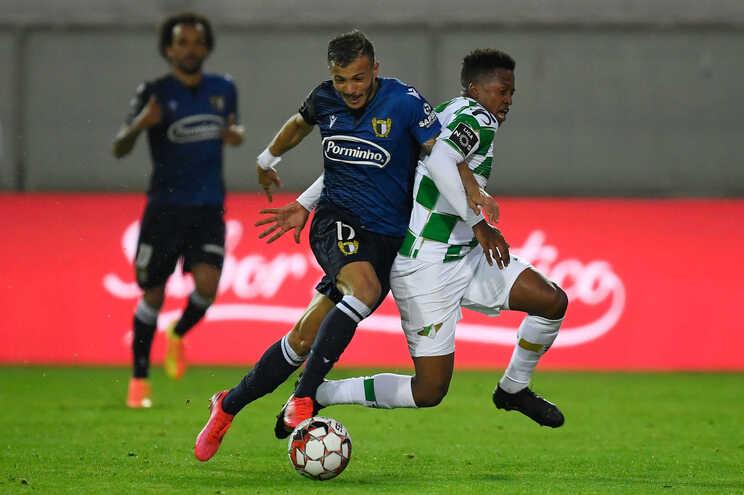 O jogador do Moreirense, Luther Singh (D), disputa a bola com o jogador do Famalicão, Diogo Gonçalves