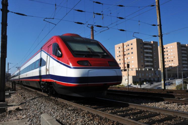 As obras na linha arrancaram em 1995, mais de 80% da via foi renovada, mas a viagem Porto-Lisboa não