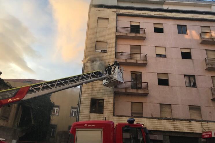 Incêndio deflagrou em prédio de cinco andares parcialmente devoluto
