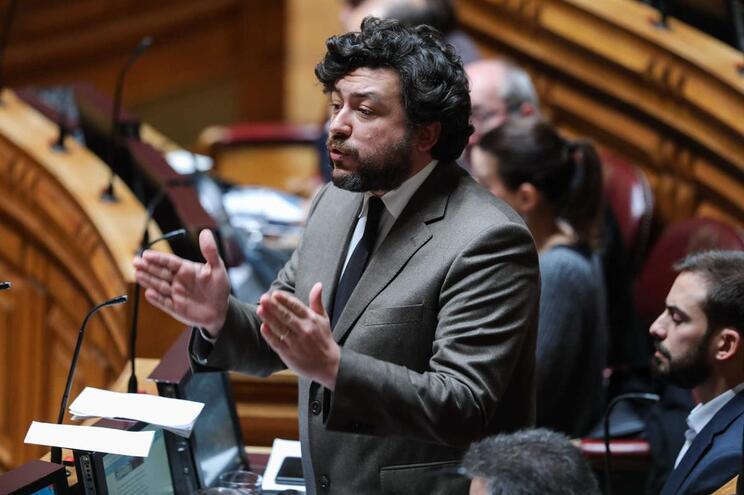 Pedro Delgado Alves, deputado socialista, atropelou cantoneira em 2016