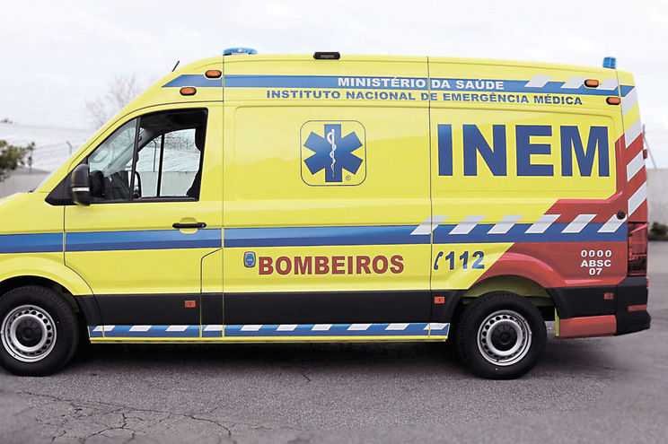 Ambulâncias do INEM paradas por causa da nova cor