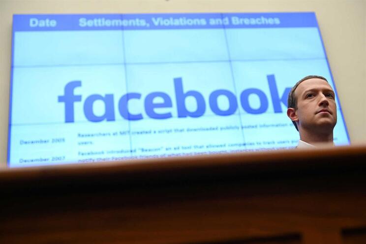 Erro do Facebook ativa secretamente câmara dos telemóveis no iPhone