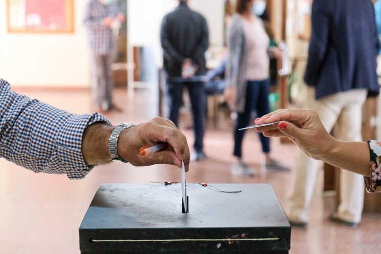 Populares exerceram o seu direito de voto para as eleições Regionais dos Açores, em Angra do Heroísmo