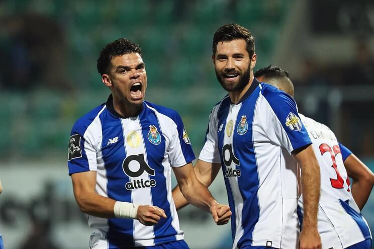 Golo de Pepe dá vantagem ao F. C. Porto em Tondela ao intervalo