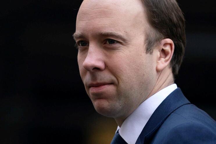 O ministro da Saúde britânico, Matt Hancock, confirmou estar infetado com Covid-19