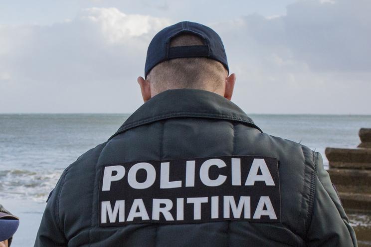 Polícia Marítima resgatou os pescadores quando estes se encontravam já na balsa salva vidas