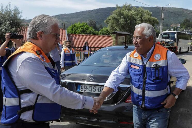 Primeiro-Ministro, António Costa, cumprimenta o ministro da Administração Interna, Eduardo Cabrita durante
