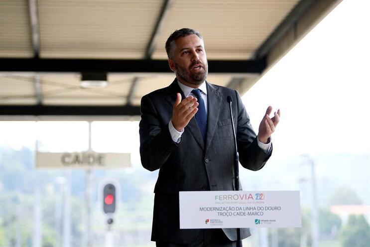Ministro aconselha portugueses a abastecerem viaturas antes da greve