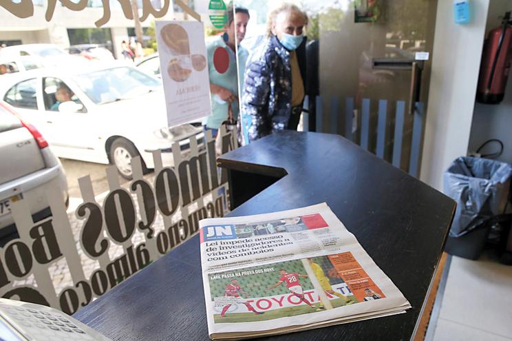 Jornais voltam  a ganhar  protagonismo à mesa dos cafés