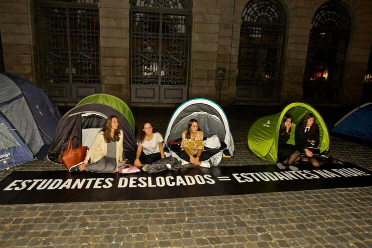 Estudantes passaram a noite na rua em protesto contra os preços da habitação e a falta de alojamento