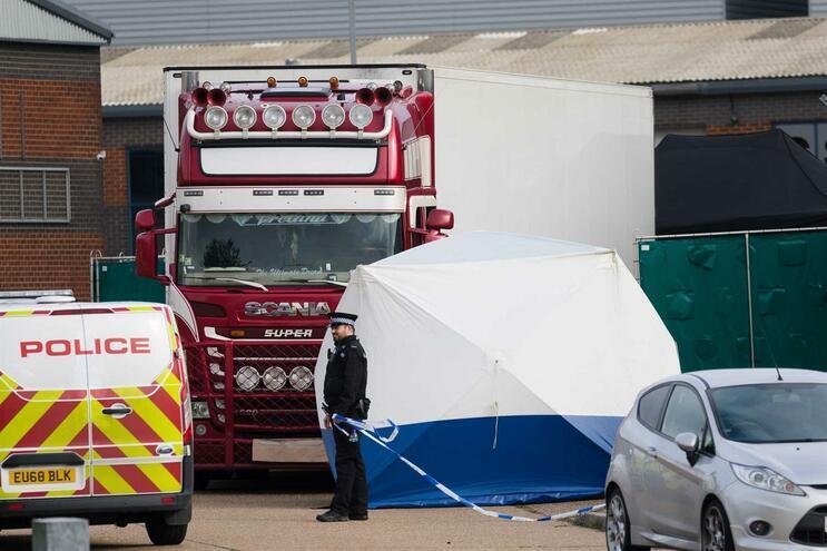 Os corpos dos 39 imigrantes foram descobertos por serviços de emergência numa propriedade industrial