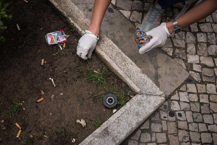 Multas podem chegar aos 250 euros para quem atirar beatas para o chão