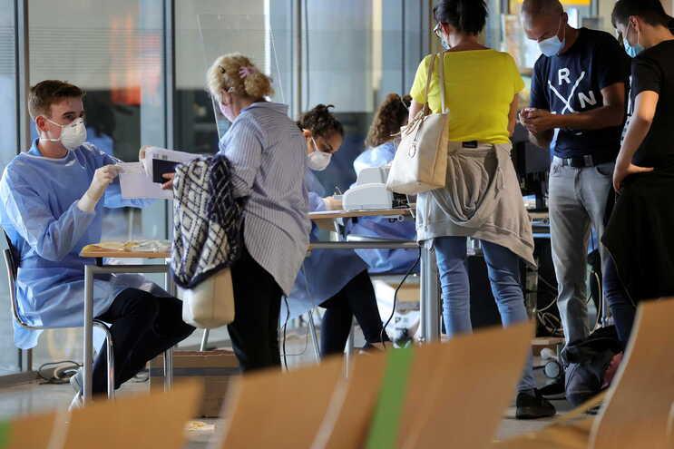 Pessoas a prepararem-se para fazer o teste ao novo coronavírus na Alemanha
