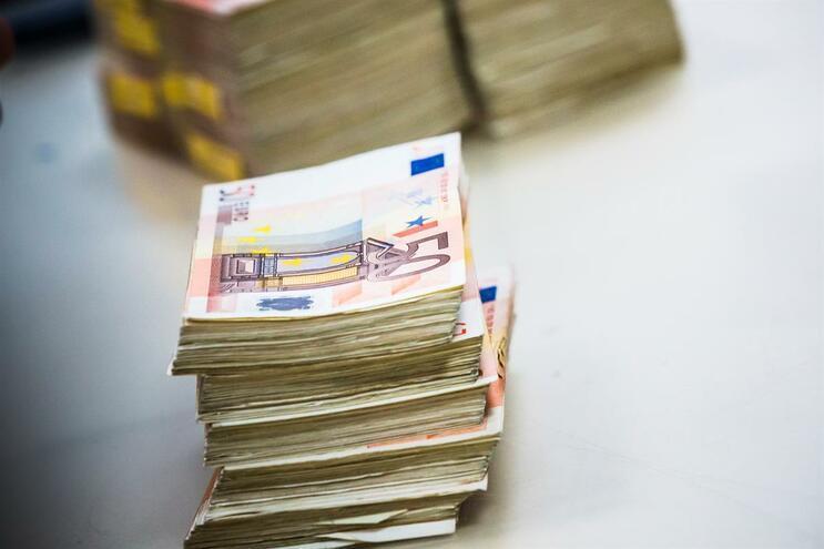Nova dívida dispara 70% em abril