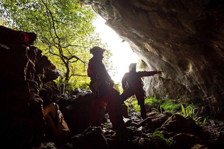 Portugueses começaram o percurso de saída da gruta em Espanha