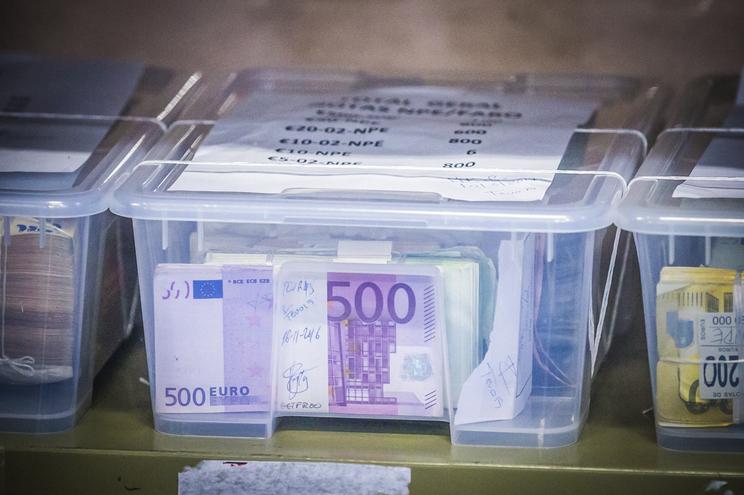 Notas de 500 euros deixam de ser emitidas, mas as que existem mantêm o valor