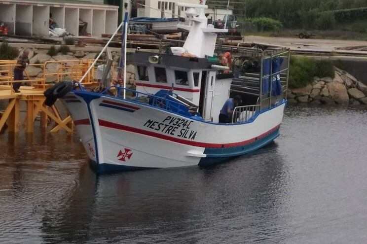 Embarcação virou com cinco tripulantes a bordo