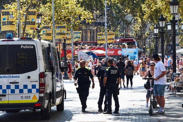 Polícia local, Mossos d'Esquadra, aqui fotografados em vigilância nas  Ramblas de Barcelona anunciaram