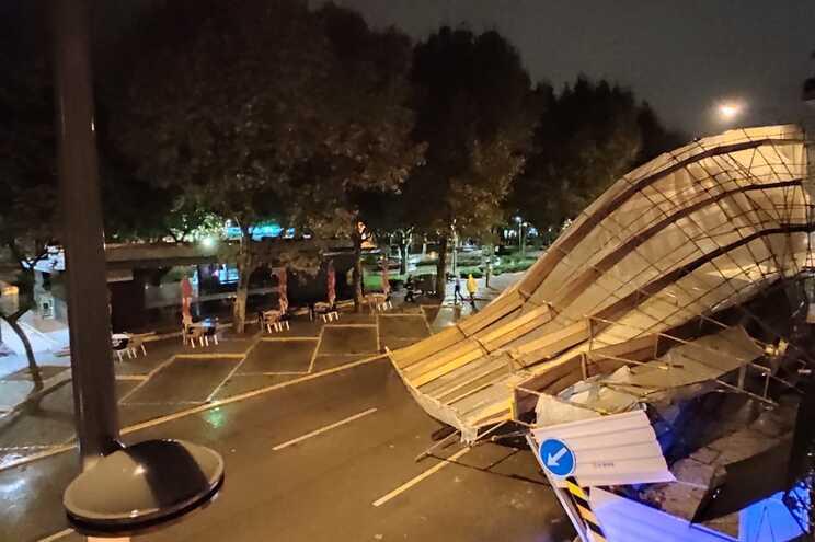 Mau tempo provoca queda de andaime na Avenida Luisa Todi em Setúbal