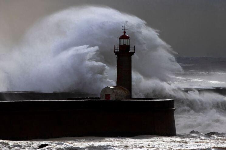 Depressão Alex pode trazer ondas de seis metros e vento forte