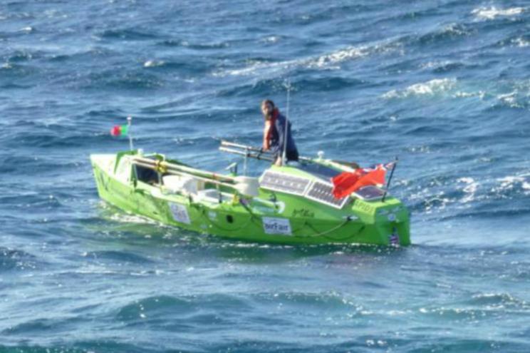 Resgatado em Lagos navegador solitário inglês em barco a remos
