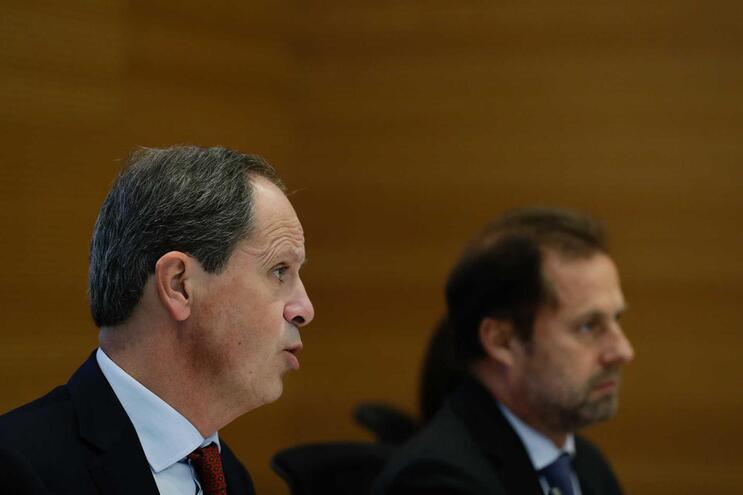 O presidente do banco Santander Portugal, Pedro Castro e Almeida (esquerda), fala durante a apresentação