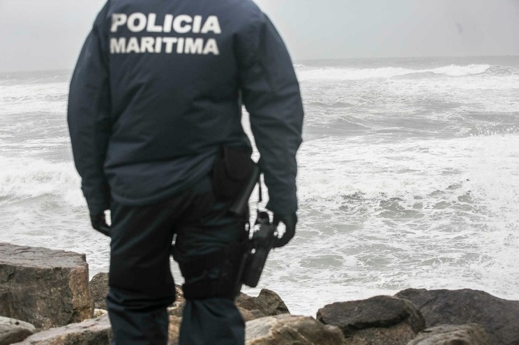 Baleia dá à costa na Praia de Aljezur