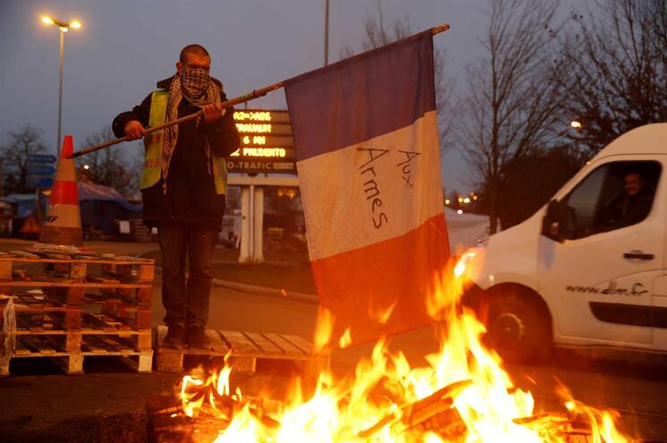 França vai suspender aumento do imposto sobre combustíveis para apaziguar protestos