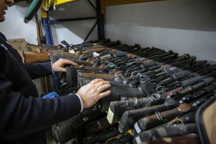Metralhadoras, munições e pistolas. PSP recupera armamento de guerra de militar falecido